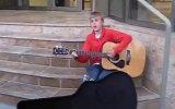 justin bieber sokakta gitar çalıyor
