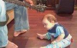Gitar Sesiyle Uyuyan Komik Bebek