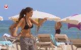 Yolanthe Cabau plajda soyundu ve futbol oynadı