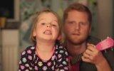 Havai Fişek Patlayacak Diye Uykusu Kaçan Kızıyla Şarkı Söyleyen Baba