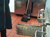 5$ için Donmuş Yağ Kalıntılarını Yalayan McDonalds Çalışanı