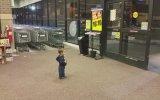 İlk Kez Otomatik Kapıyla Karşılaşan Çocuk